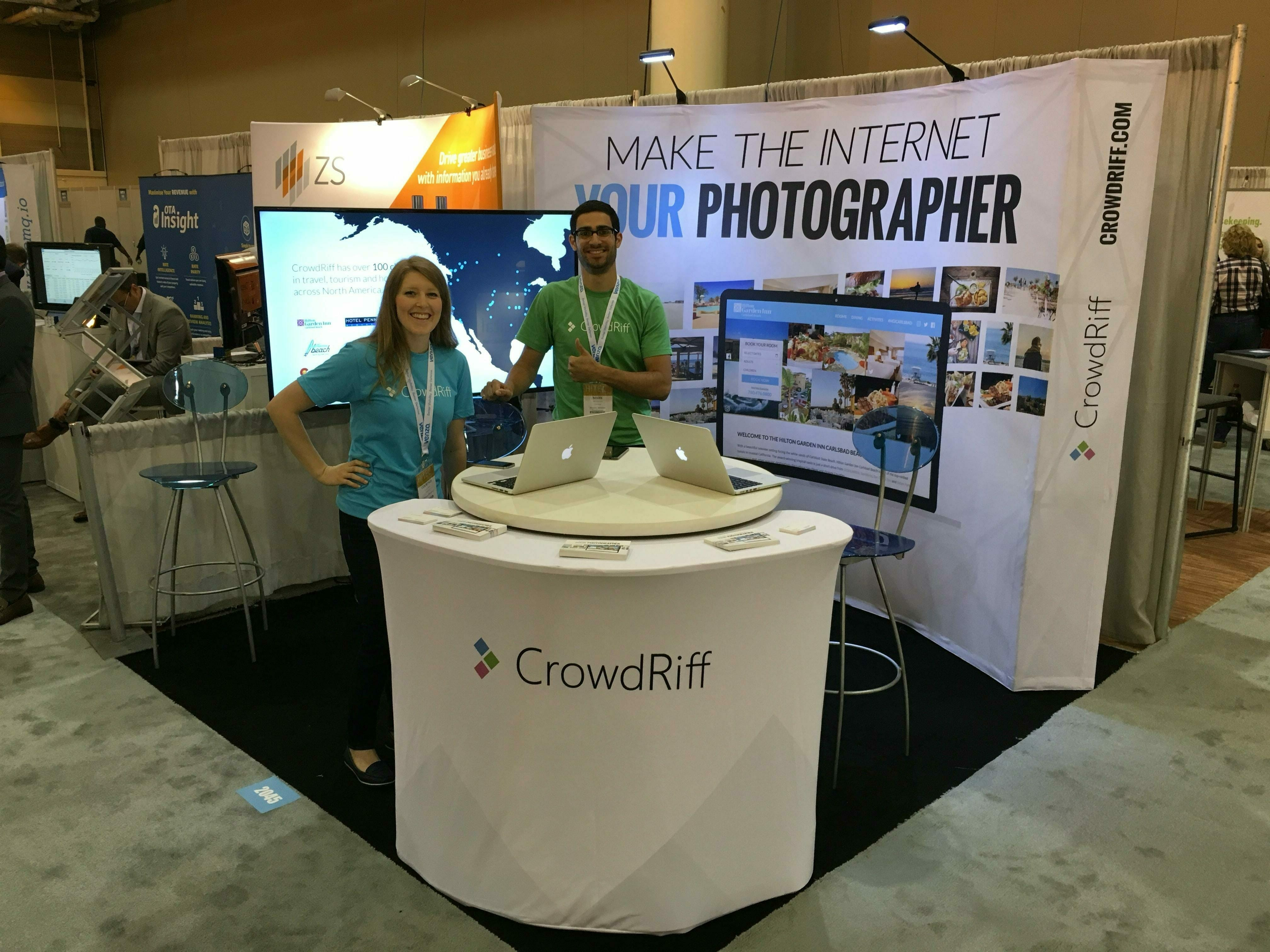 CrowdRiff-trade-show-booth